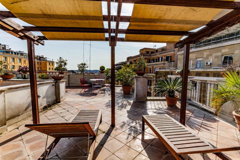 Attico roma centro con terrazzo su due livelli e con una for Roma centro affitto