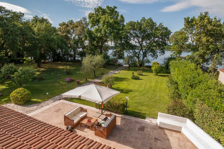 Villa a Sabaudia in Affitto: Prestigiosa Proprietà sul Lago di Paola