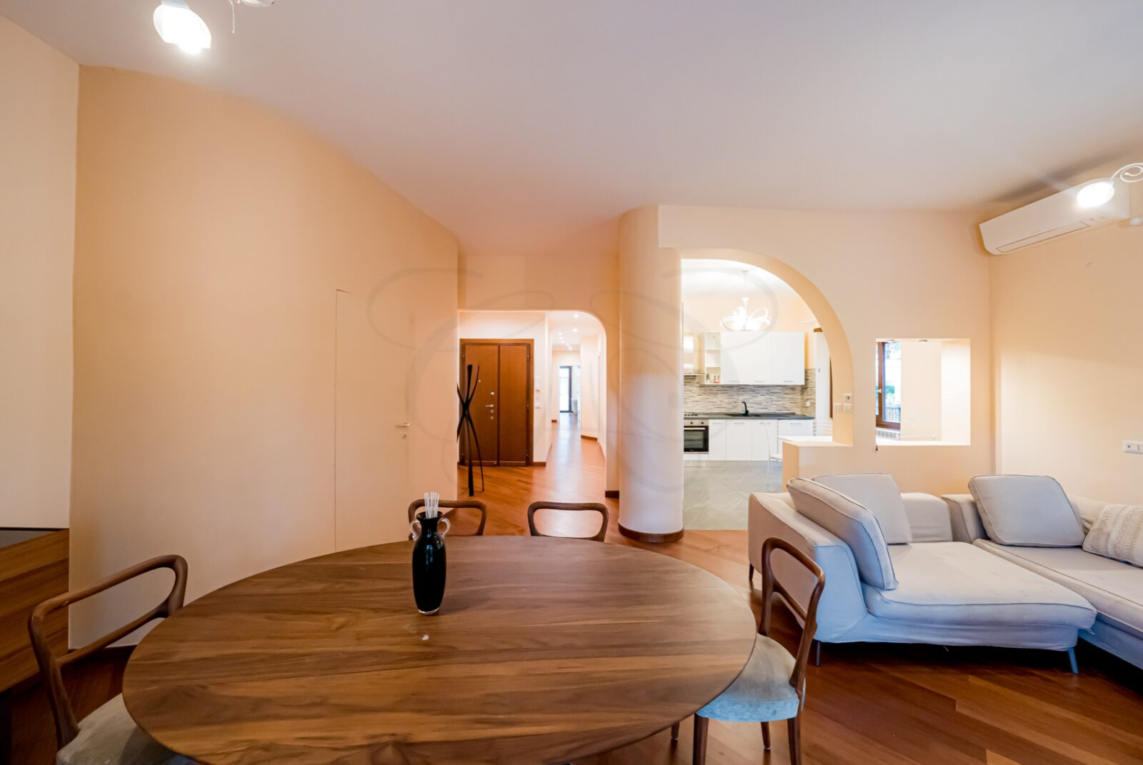 Rent Rome Aventino: Furnished Elegant Apartment with Grand Balcony